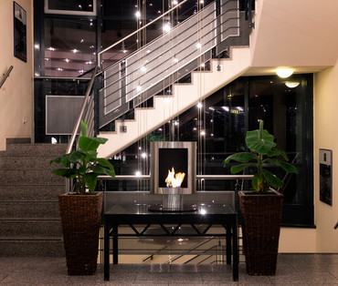 Plants and staircase in modern hotel lobby | © Wyndham Garden Hennigsdorf Berlin
